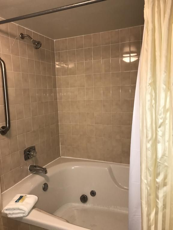 Booking Com Four Sails Resort Virginia Beach Usa 916 Guest Reviews Book Your Hotel Now In 2020 Virginia Beach Hotels Virginia Beach Garden Tub