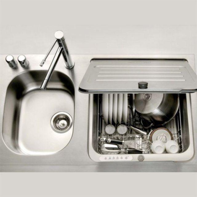 Faute de place, le lave-vaisselle est rarement une priorité dans une petite cuisine. KitchenAid a trouvé la solution en intégrant un lave-vaisselle compact conçu pour laver 5 couverts dans la deuxième cuve de son évier. Amovible pour laisser la place à un second bac, l'appareil peut également être recouvert pour se transformer en plan de travail.