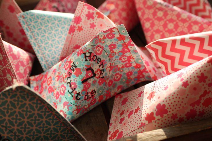 traktatie voor op school: een doosje gevuld met snoep een speelgoedje voor de klasgenoten, en gevuld met chocolaatjes voor de leerkrachten. Van een half A4'tje een kokertje vouwen, aan één kant dichtnaaien, vullen en dan de andere kant dichtnaaien.