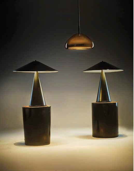 Lámparas de mesa en metal negro, c. 1960, en Dessvan. Lámpara de suspensión Void Copper de Tom Dixon, hecha con hojas de latón comprimido y pulida a mano para crear el efecto de espejo de su superficie, que refleja y suaviza la luz emitida por un bombillo de halógeno, en Zientte. Mesas auxiliares Lincoln en tronco de madera, de Spazio W.