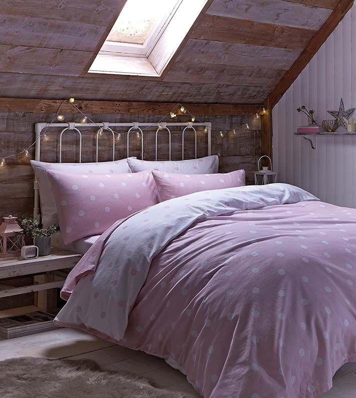 Okno w sypialni na poddaszu. Fot. dekoria http://www.werandacountry.pl/domy/urzadzamy-dom/17244-sypialnia-mala-i-dobrze-urzadzona #bedroom #design #home #diy #house #architecture #project #small #room #dog #funny #great #rustical #boho #romantic #inspirations #pics #best  #sypialnia #łóżko #aranżacja #inspiracje #pies #biały #mała #pokój #mały #dom #rezydencja #country #styl #prowansalski #rustykalny #country