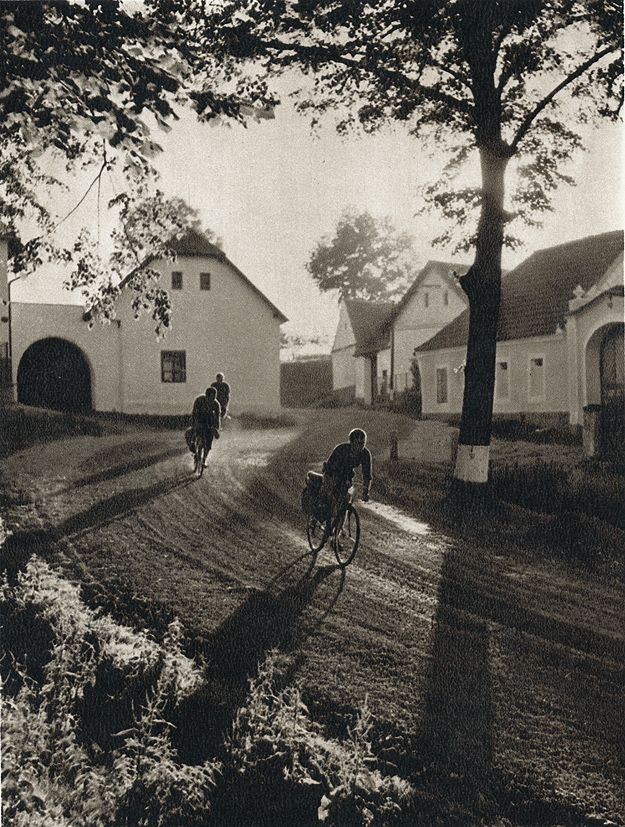 through the village / Ladislav Sitenský
