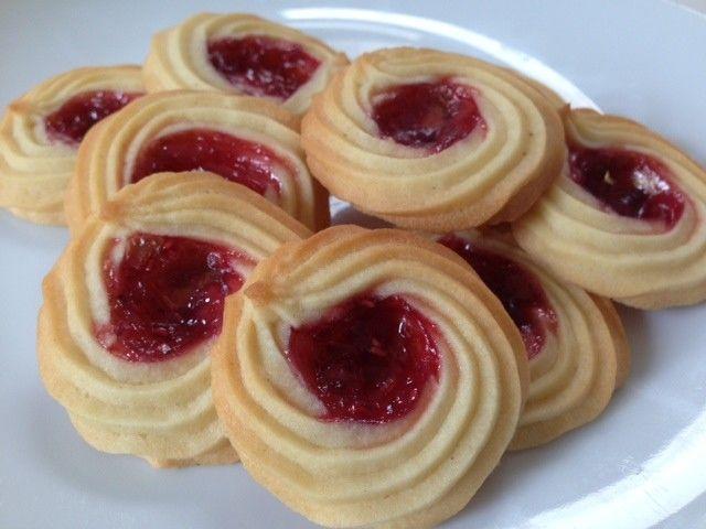 Hindbær rosetter - En god gammel opskrift, som er gået i arv. Det er en festlig småkage med lidt ekstra sødt hindbærfyld i midten - Super nemme at lave