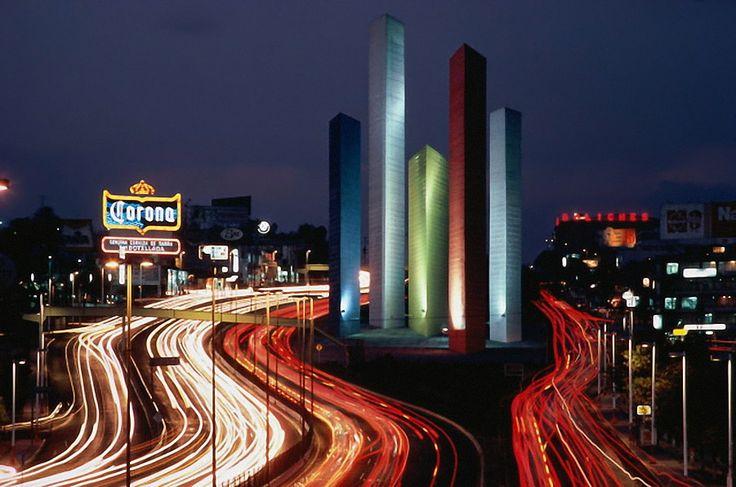 Torres del Satélite,  Acceso Principal a la Ciudad Satélite. esta ciudad fue proyectada al noreste de la ciudad de México, en 1957, por el arquitecto Mario Pani.