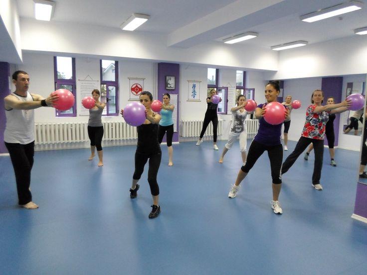 Cursuri Aerobic Sibiu - Tae Bo Mix - Accesoriu folosit: minge de fitness mica