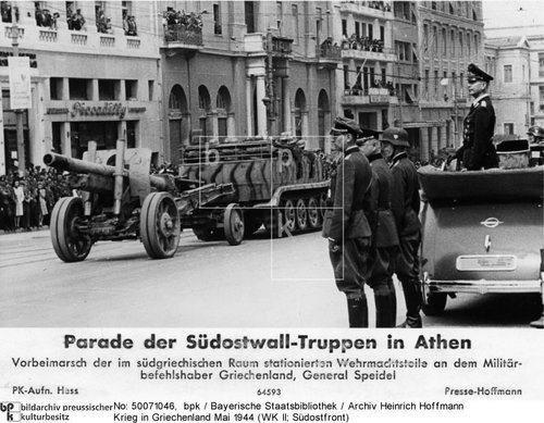 Παρέλαση επί της Πανεπιστημίου στην διάρκεια της Γερμανικής Κατοχής. Αθήνα, Μάιος 1944.