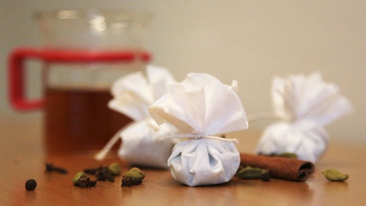 Hjemmelagde chai-teposer - Litt tørre, hele krydderier, papir eller stoff, og plutselig har du din egen tepose. - Foto: Mari Rollag Evensen / NRK