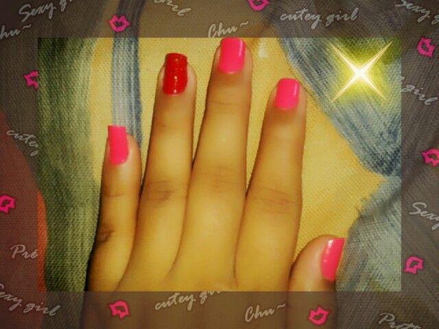 Uñas rosa barbie y rojo cereza con destellos dorados