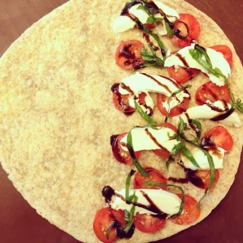 Looking for healthy lunches in under 10 minutes??  Easy CAPRESE quesadilla with only 5 ingredients!