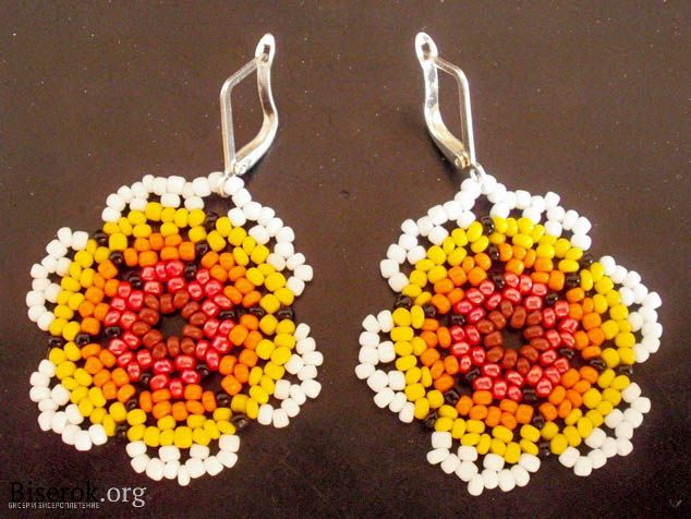 Huichol Style Flowers for earring components.  Tute needs translation. Several variations are shown.  #Seed #Bead #Tutorial