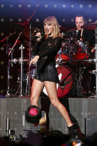 February 4 - Super Saturday Night - 088 - Taylor Swift Web Photo Gallery | Your online source for Taylor Swift pictures