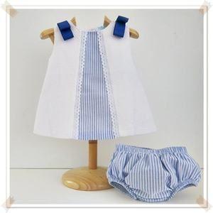 Vestido de piqué blanco combinado con tela de rayas en azul y tira bordada.