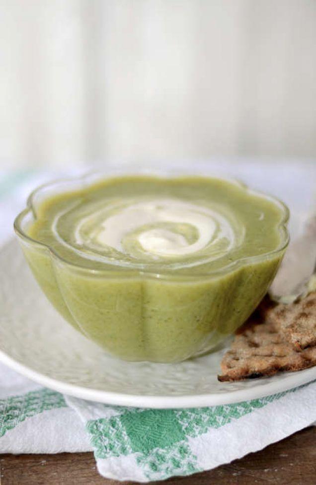 Att äta en varm soppa under 5:2-dagen är smart eftersom det ger bra mättnadskänsla. Innehåller 263 kcal. Här hittar du vårt mest populära recept på broccolisoppa.