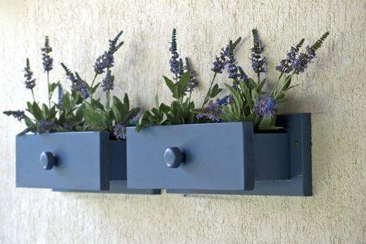 Idée récup' pour le jardin : le vieux tiroir devenu jardinière.