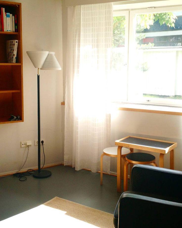 Aallon ateljeen lattiapinnoista ne joita ei ole laatoitettu tiililaatoin on päällystetty linoleum-matolla. Linoleum oli 1950-luvulla jo vanha keksintö mutta edelleen arvostettu pintamateriaali. Aalto käytti sitä jo 1936 kotitalonsa toisessa kerroksessa. Lämpimältä ja pehmeältä jalan alla tuntuva pellavaöljystä korkista ja puuhiokkeesta puristettu matto onkin monipuolinen ja käytännöllinen materiaali. Aallon ateljeessa näitä alkuperäisiä lattimateriaaleja arvostetaan edelleen tänäpäivänä. Osa…