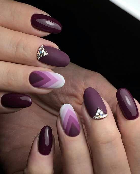 Da fare uguali, ma senza la decorazione in perline sopra al dito medio. Stagione preferibile: autunno Coliri usati: 2 tonalità di viola, lilla e bianco.