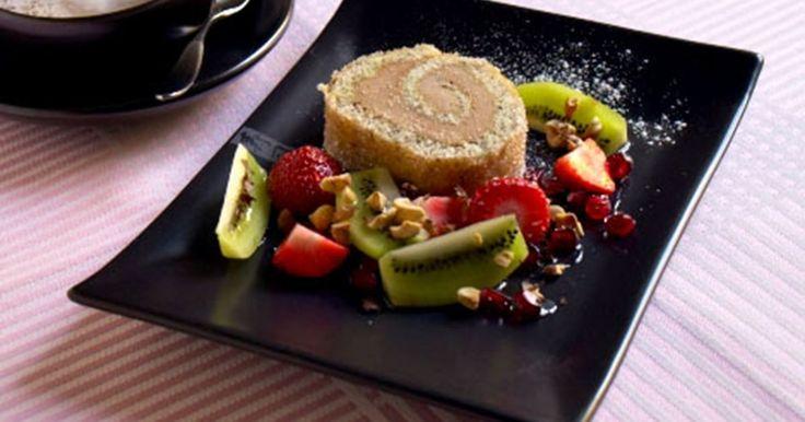 Frossen nødderoulade er en opskrift der giver en lækker dessert med god smag af nougat. Perfekt sammen med jordbær, kiwi og granatæble eller anden frisk frugt.
