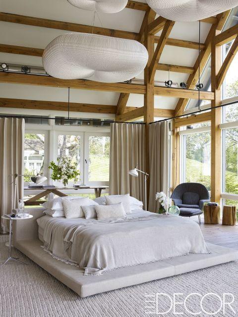 En esta granja de caballos a las afueras de Filadelfia, la diseñadora Ellen Hamilton ha llevado la idea de una vida rústica a un nuevo nivel de confort y sofisticación.  En la habitación principal, la ropa de la cama de Ivano Redaelli es de Matteo, la silla Saarinen y el otomano de Knoll, y las lámparas de suelo fueron compradas en Ikea. La alfombra es de Albed Rug Company, y las lámparas del techo de Molo.