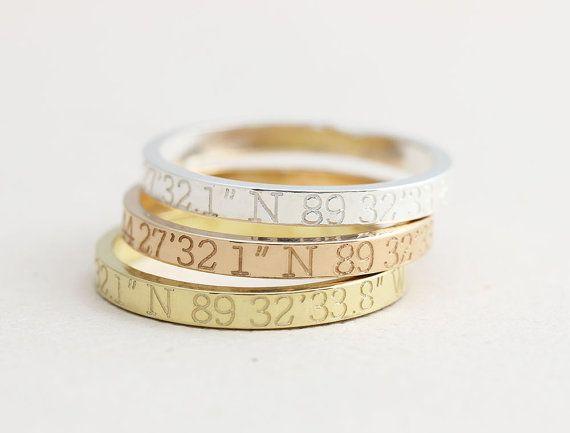 Coördinaten Ring, Latitude, Longitude Ring, gepersonaliseerde breedtegraad lengtegraad sieraden, locatie de Ring  D E T A I L S  -Materiaal: 925 sterling zilver (vermeil goud vergulde, rose verguld over sterling zilver) -Brede band: 3.0 mm -Dikke: 1.3 mm -Woorden beperken: >> Coördinaten zijn gegraveerd op de buitenkant/binnenkant >> Een persoonlijk bericht kan worden gegraveerd op de binnen/buiten  -Het object zal komen met een geschenkdoos.  O R D E R Zilver buiten (buiten alleen…