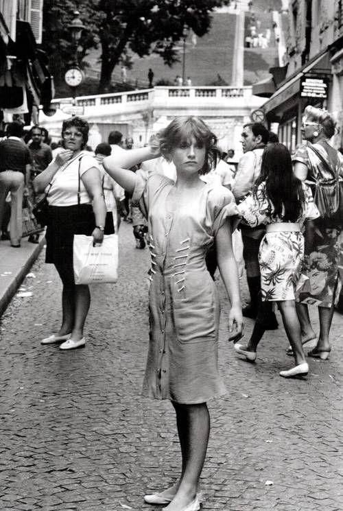 Robert Doisneau // Isabelle Huppert dans la rue à Montmartre à Paris, France en 1985.