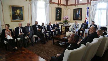 Gobierno otorgará 5,500 becas para estudiar en el país y 2,500 en el extranjero Funcionarios de Educación se reunieron con Danilo Medina. Revisaron los avances y retos según las metas contempladas en el Programa de Gobierno.  Se informó al Presidente que a partir de agosto de este año, MESCYT entregará 5,500 becas.