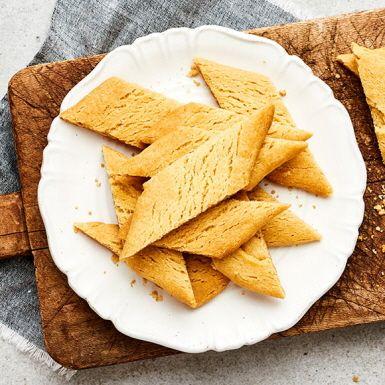 Hur gör man kolasnittar på klassiskt vis? Med detta recept blir ingen fikagäst besviken, de godaste kolasnittarna innehåller bara riktigt smör, socker, mjöl och lite mörk sirap. Inga konstigheter, bara godheter.