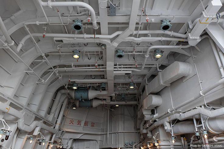 【写真資料】 海上自衛隊イージス護衛艦 あしがらのヘリコプター格納庫内写真。 先日の横須賀基地の公開の際に撮影。一般建築物の構造体と違い、すべて鋼板から出来ている格納空間はホワイトベースなどの宇宙船内と設計思想は通じる物があるかと。 pic.twitter.com/YReKsaUdfz
