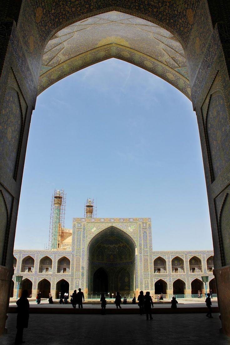 """Depois do relaxe do último dia de Nowruz, era tempo de voltar ao """"trabalho"""". E, para nós, isso implicava voltar aos dias intensos de férias, calcorreando o Irão central e tentando ver o máximo possível, tendo em conta as restrições temporais. Era agora tempo de, num só dia, visitar as principais atracções de Esfahan, aquela …"""