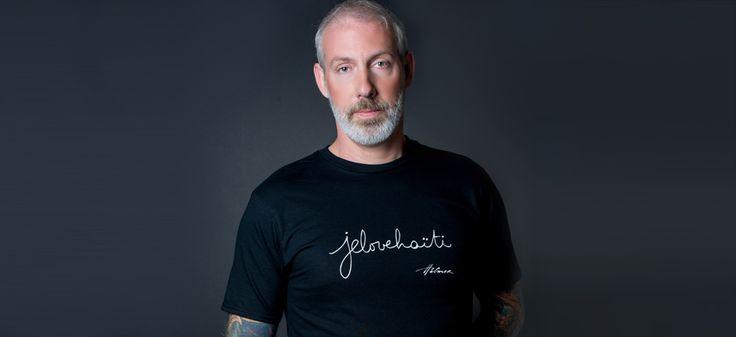 Le tee-shirt pour hommes, col rond. Photo: Naskademini Make-up: Mindy Shear