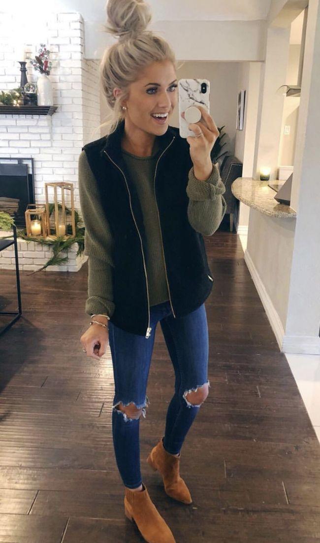 langarmarmes grünes top + jeans + schwarze weste + braune booties! | Outfit-Ide…