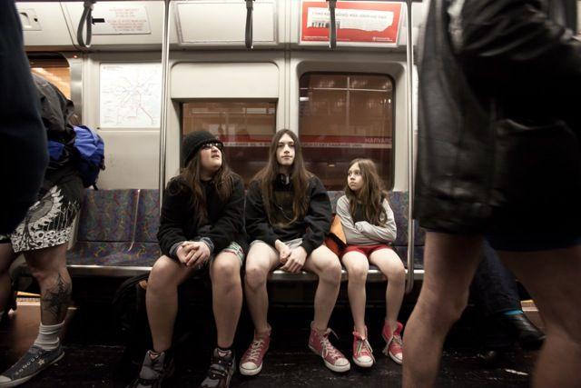 """Naga prawda czeka na nas w niedzielę w wiedeńskim metrze. Trend jazdy bez spodni zapoczątkował Nowy Jork, natomiast już jutro ruszy niedziela pod hasłem """"No Pants Subway Ride Vienna"""". Czas i miejsce spotkania: godzina 15:00 pod piekarnią Ströck w pasażu Karlplatz."""