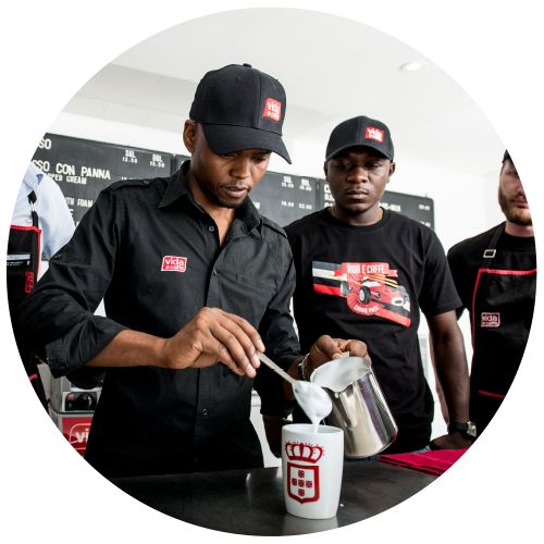 Shhhhh masters at work... Making the perfect cup of coffee #vidaecaffe #coffee #perfectfroth