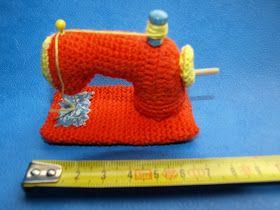 """De """"Koninklijke"""" naaimachine.   (Koningklijke omdat hij oranje is envanwege Koninginnedag / Kroningsdag)   Onder aan de blog van..."""