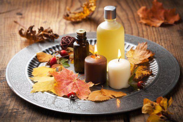 Jesienna kompozycja ze świecami i liśćmi.