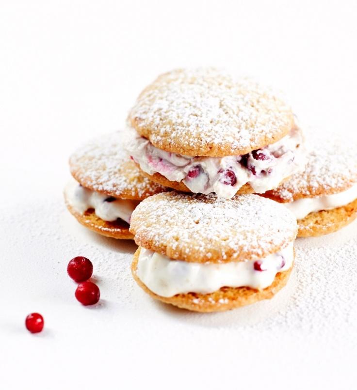 Whoopiet ovat amerikkalaisia täytettyjä leivoksia. Tässä ohjeessa whoopiet ovat saaneet herkullisen mascarpone-puolukkatäytteen. | K-Ruoka #pikkuleipä