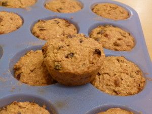 Ze staan in de oven. Heel benieuwd.  Fruitige havermoutmuffins (suikervrij, zuivelvrij, glutenvrij)