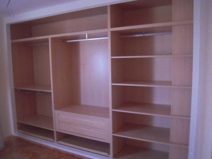 interior de armario en haya clara con falseo de columna