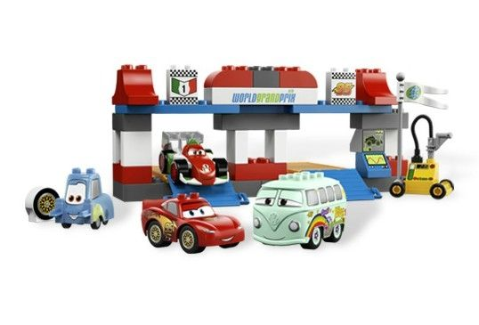 OPRIREA LA BOXE (5829) DESCRIERE PRODUS  Este compus din Lightning McQueen, Guido, Francesco si, in exclusivitate, Fillmore !