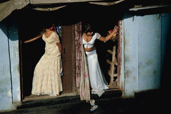 """Jodi Cobb """"Un mondo di schiavi"""" - settembre 2003 – Mumbai // Nel 2003, Jodi Cobb ottiene ampi riconoscimenti con «Un mondo di schiavi», un reportage per National Geographic sul commercio di esseri umani. «Mi ci è voluto un anno per realizzarlo», racconta. «E un altro anno per riprendermi.»"""