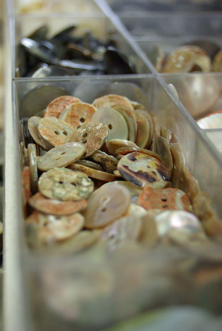 Large choix de boutons au rayon Mercerie de votre magasin Ellen Décoration.