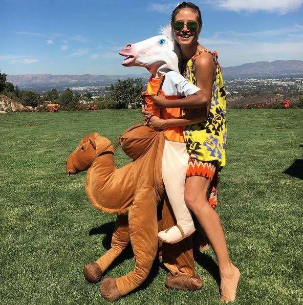 Was will uns Heidi Klum mit diesem Bild sagen? Auf jeden Fall scheint sie in ihrem sommerlich, bunten Outfit jede Menge Spaß zu haben.