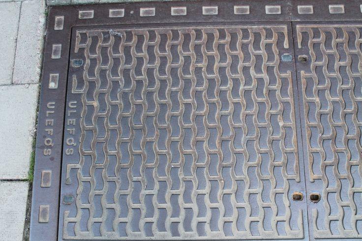 De meeste putdeksels zijn in het wegdek te vinden en dekken vaak een gat bovenin een rioolput af. Het deksel is meestal rond, gemaakt van gietijzer en is zwaar van gewicht. Oslo 2014