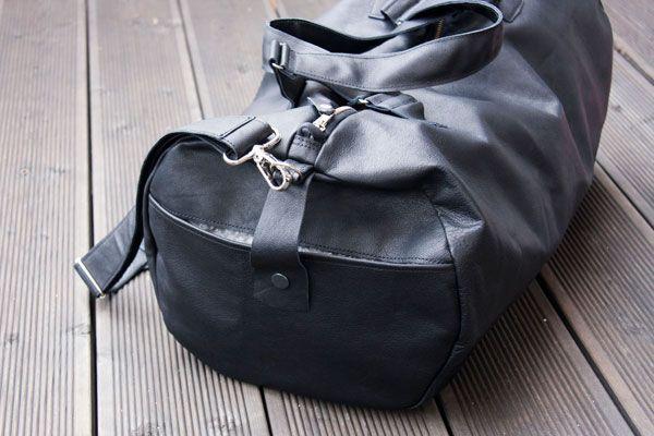 Weekender uszyty z czarnej, miękkiej, mocnej skóry. #MansFashion #mansBag #bag #weekenderBag #leatherWeekender