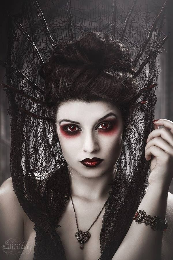 Halloween Costume Fantasia para o Halloween Photo by Lilif Ilane Artwork Crown…                                                                                                                                                     More