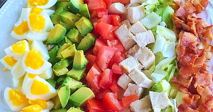 """Вкусный и сытный американский салат """"Кобб"""".   1 стакан салата """"Айсберг""""  3/4 стакана куриной грудки, отварной  4 яйца, вареных  2 помидор..."""