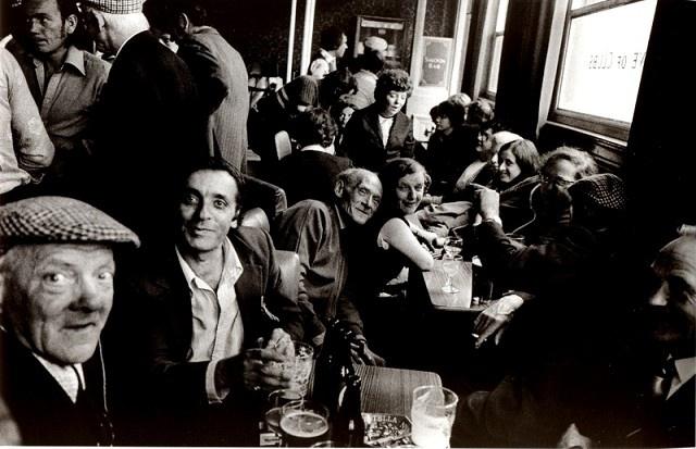 "Fotografie ""marketa luskacova people in the knave of clubs pub club row 76"" | Markéta Luskačová > Photogallery"