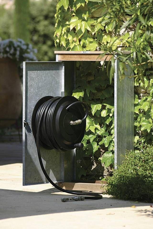 Un zoom d'un tuyau d'arrosage pour le jardin