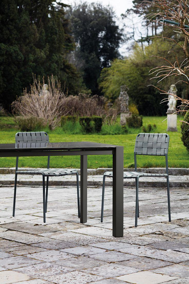 Tavolo allungabile in metallo con sedie in metallo e cinghie