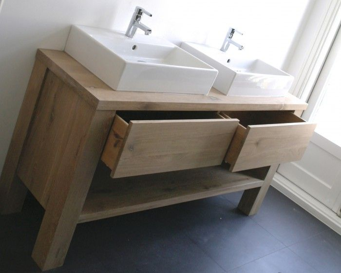 eiken badmeubel met 2 laden en een open vak eronder voor de handdoeken.