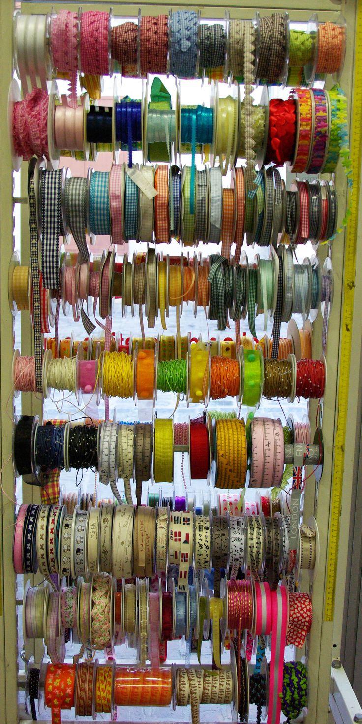Grand choix de coloris et de motifs dans les rubans pour l'arrivée des beaux jours. Disponibles au rayon Mercerie de votre magasin.